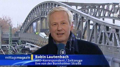 Heute... Und dann schalten wir live zur Bornholmer Straße, wo er abermals steht - unser Mann der Stunde, Robin Lautenbach. Ein kleiner Gänsehaut-Moment im Mittagsmagazin.