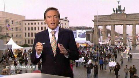 Fahrrad-Tour: Scheider kündigt eine Radltour durch die Geschichte der DDR an. Aufgenommen am Tag zuvor. Allerdings: Wir erwischen nur ein Damenrad (mit Körbchen) und einen Helm in Kindergröße. Da müssen wir nun durch...