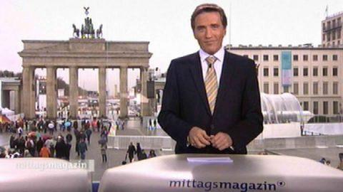 """Guten Tag! Das Rotlicht leuchtet und wir sind """"drauf"""". Scheider spricht von einem Weltereignis: Der Sieg eines Volkes über Beton und Betonköpfe. Herzlich willkommen zu 20 Jahre Mauerfall!"""