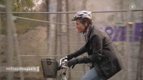 Calimero? Fahrszene an der Bernauer Straße. Scheider redet und strampelt. Und immer im Bild: Der Helm in small...;-)