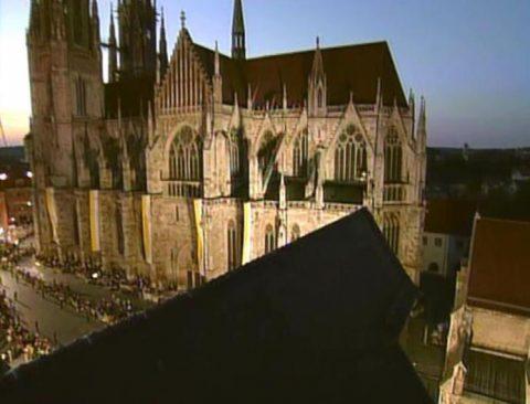Public Viewing: Als die Menschen ihren Papst auf der Großleinwand sehen, jubeln sie.