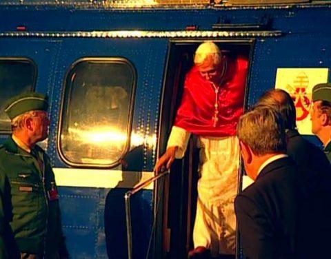Gelandet! Der Papst betritt Regensburger Boden.