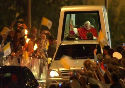 Papamobil: Tausende begleiten den Heiligen Vater auf der Fahrt zum Regensburger Dom.