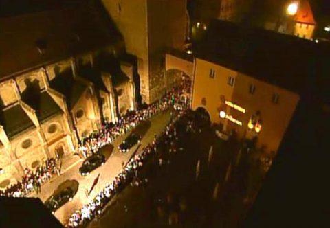 Angekommen: Der päpstliche Konvoi auf unserer Straße.