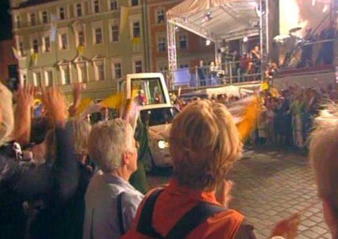 Endlich da! Das Papamobil biegt in den Platz vor dem Dom ein - im Hintergrund unsere Sendebühne.