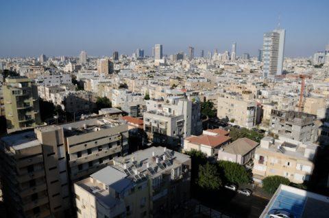 """Zimmer mit Aussicht! Ein Traumblick auf die Skyline von Tel Aviv vom Hotel aus. Tel Aviv heisst aus dem Hebräischen übersetzt """"der Hügel des Frühlings"""". Und irgendwie passt der Name ganz gut. Wir schreiben das Jahr 1948: Nach der düsteren Zeit im zweiten Weltkrieg ordnet sich die Welt neu. Auf dem Globus finden wir ein neues Land: Israel! Ein Staat, der hier in Tel Aviv seinen Anfang nimmt und den es beinahe nur ein paar Stunden lang gegeben hätte."""