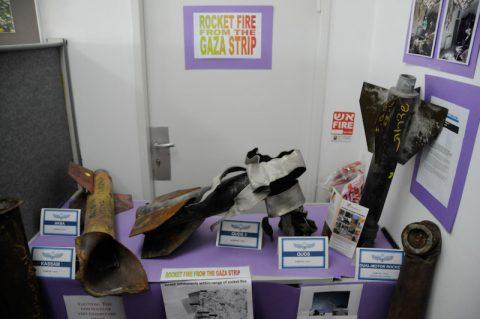 Ausstellung: Demonstration der abgefeuerten Raketen und Granaten aus dem Gazastreifen im Pressebüro.