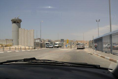 Hochsicherheitstrakt: Wir überqueren die Grenze ins Westjordanland.