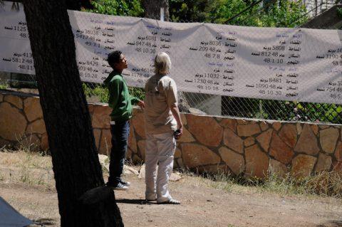 Gedenken: In langen Schriftrollen zählen die Palästinenser die Orte mit den vertriebenen Bürgern auf.