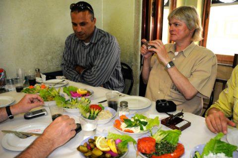Mohammeds Geheimtipp: Pinkfarbene Gurken und viel Grün - gesunde Kost im arabischen Restaurant.