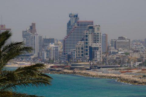 """Strandburgen: Nicht gerade die """"einsame Insel"""": Die Beachmeile in Tel Aviv."""