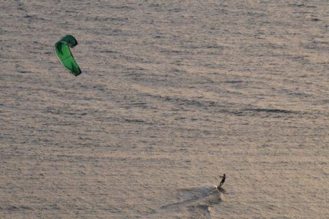 Immer mit dem Wind: Kytesurfer rast dem Sonnenuntergang in Tel Aviv entgegen.