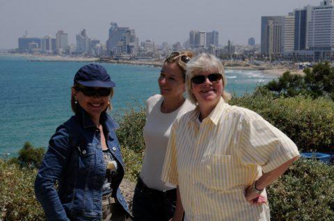 Die erste Location: Für den ersten Sendetag postieren wir uns vor der Kulisse von Tel Aviv.