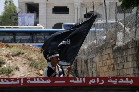 """Schwarze Fahnen: Am """"Tag der Vertreibung"""" gehen tausende Palästinenser auf die Straße und demonstrieren gegen die """"Besetzung"""" des Landes."""