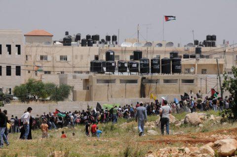 Marsch auf Ramallah: Tausende ziehen an unseren Kameras vorbei. Ramallah ist von israelischen Siedlungen und Grenzposten umgeben – vom Militär schwer bewacht - und dort endet meist die Reise eines Palästinensers!