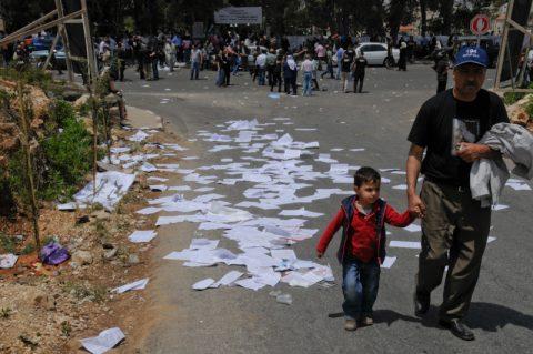 Demo beendet: Ein Vater geht mit seinem Kind wieder nachhause.