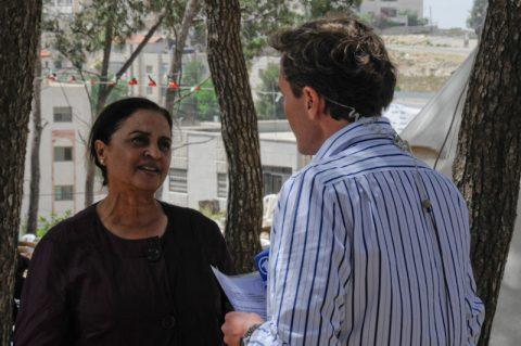 Besuch: Zu Gast im Mittagsmagazin - eine Bürgerrechtlerin, die bis heute für die Rechte der Palästinenser kämpft. Sumaya Farhat-Naser ist einen Monat nach der israelischen Staatsgründung 1948 geboren – und eine palästinensische Christin, die sich im Westjordanland für den Frieden einsetzt. Sie hat in Deutschland Biologie studiert – und ihren Doktor gemacht!