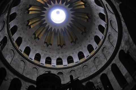 In der historischen Kirche: Zartes Licht von der Kuppel.