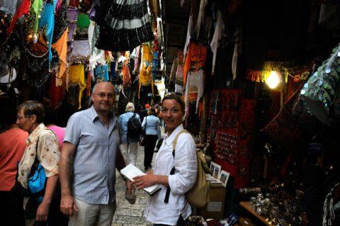 Shopping: Anja und Bernd tauchen im Dunkel der Basare ab.