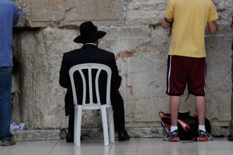 Nebeneinander: Strenggläubige und andere Israelis stehen nebeneinander und stecken ihre Papier-Botschaften in die Ritze der Mauer.