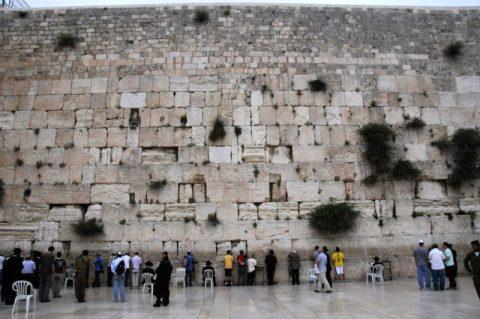 Klagemauer: Die Westmauer des legendären zweiten Tempels als jüdisches Wahrzeichen. Sie ragt 18 Meter in die Höhe. Andersgläubige dürfen auch die Klagemauer besuchen.