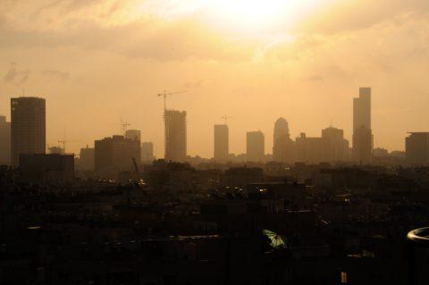 Aufwachen in Tel Aviv: Zauberhafte Morgenstimmung über der Skyline. Heute fahren wir in den Norden.