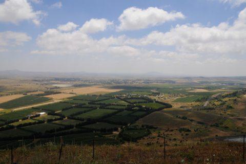Machtposition: Blick von den Golanhöhen auf drei Länder Israel - Libanon - Syrien, auf das UNO-Gebiet, auf die israelische Skiregion - und auf eine endlos weite Landschaft.