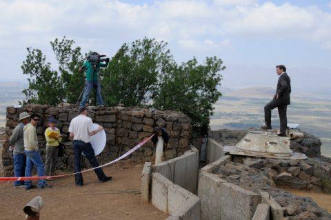 Zwischen Schützengräben und Abgrund: Das Sendungs-Setup für die Viertelstunde von den Golanhöhen in 1200 Metern Höhe.