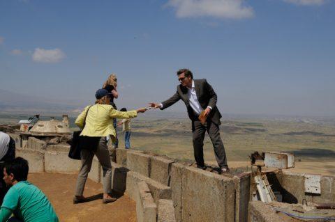 Letzter Kletterakt: Gerlinde hilft Scheider beim Überspringen des Schützengrabens.