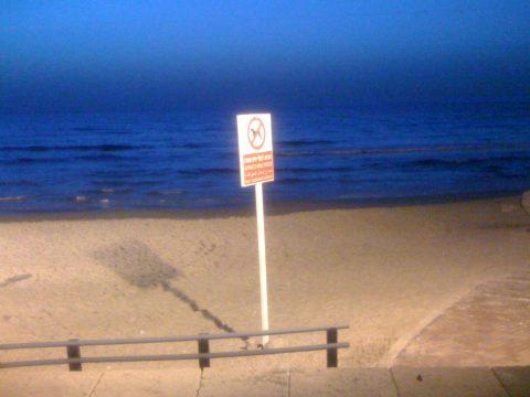 Unvergesslicher Abend: Ausnahmsweise ein Foto aus dem Handy - der Strand von Tel Aviv beim Abendessen.