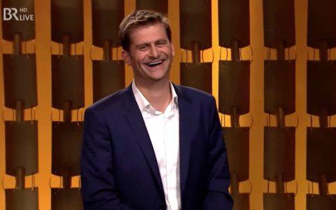 Moderator Michael Altinger mit der bewährten Mischung aus Charme und Biss - sogar mit Extra-Credit für Stefan!