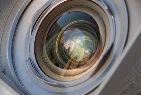 Im Spiegelbild: Der Regensburger Dom strahlt warm in der Sonne - und die Kameralinse fängt ihn ein.