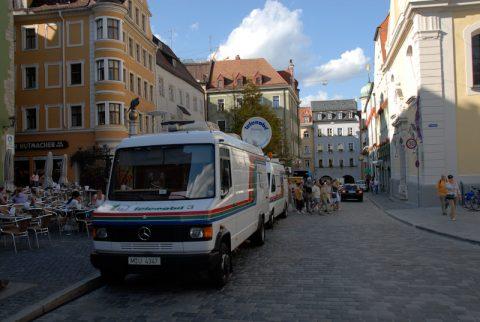 Aufstellung: Die beiden Telemobil-Satelliten-Wagen stehen zwar im abolsuten Parkverbot - doch mit Erlaubnis der Obrigkeit.