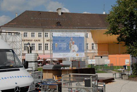 Großer Bahnhof für den Heiligen Vater!