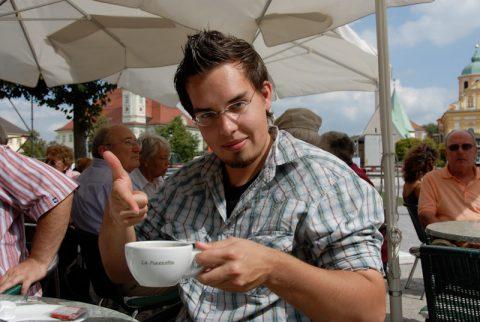 Johannes testet schon mal den Kaffee...