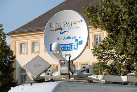 Signale senden: Wir senden nicht nur den Papstbesuch - wir zeigen ihn auch auf der Satellitenschüssel.