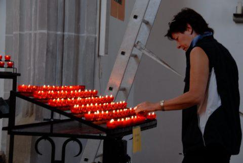 Licht! In der Kirche in Marktl zünden die Menschen in diesen Tagen besonders viele Kerzen an.