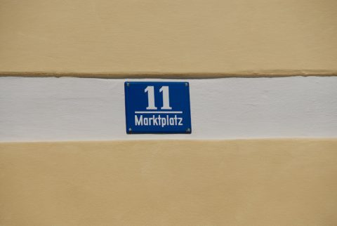 Die berühmte Adresse: Schild am Geburtshaus des Papstes.