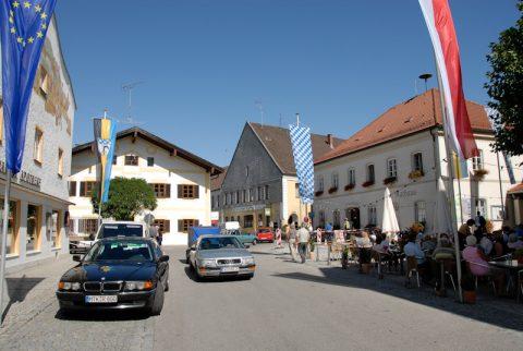 Guter Überblick: Im wunderschönen Marktl senden wir von einem Fleck aus - mit Blick in alle Himmelsrichtungen. Und das Geburtshaus (2. v. li.) taucht immer im Bild mit auf.