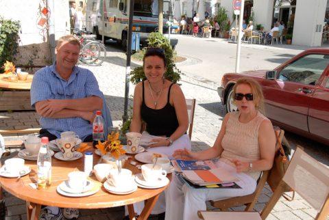 Stärkung: Redakteurin Hilde beim Latte Macchiato am sommerlich warmen Sendetag.
