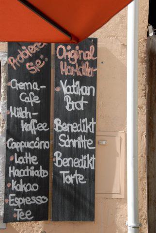 Souvenirs: Auch Bäcker und Konditor haben sich innerlich und äußerlich auf den Papstbesuch eingerichtet.