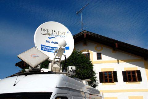 Satelliten-Signale: Wieder fährt Telemobilist Lothar Schaudig seine Sendeschüssel aus.