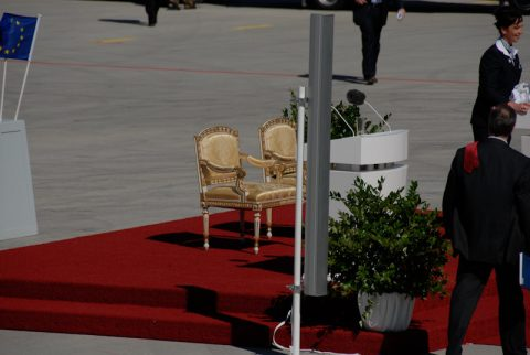 Plätze frei: Die beiden goldenen Stühle aus der Münchner Residenz stehen noch leer - für den Heiligen Vater und für den Bundespräsidenten Horst Köhler.