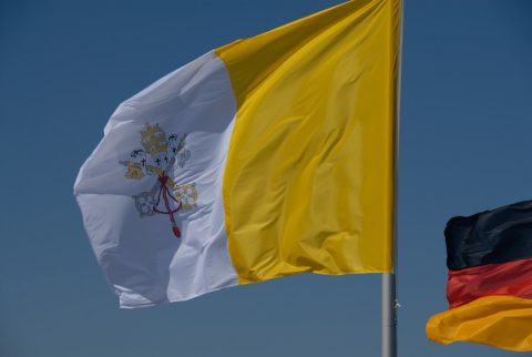 Frischer Wind: Die Vatikan-Flagge zwischen bayerischen Farben und Schwarz-Rot-Gold.