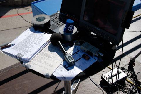 Arbeitsplatz: Was der Zuschauer nicht sieht - Mikro, Unterlagen, Kontroll-Bildschirm und dickes Spezial-Klebeband, damit der Wind nicht alles mitnimmt.
