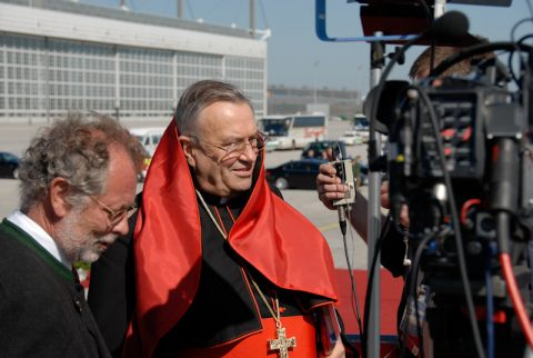 Vorab-Interview: Kardinal Lehmann wird vor der Landung noch ins Erste zugeschaltet.