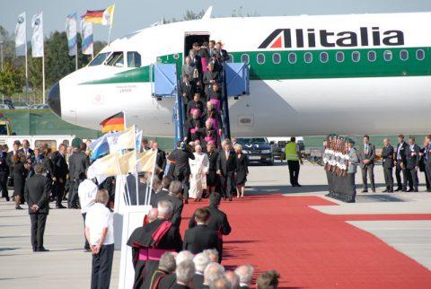 Es beginnt: Die Papstmaschine kommt zum Stillstand, der vatikanische Diplomat geht zuerst die Treppe hinunter - und dann kommt ER.