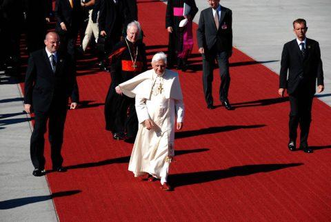 Der Papst und Kardinal Wetter schreiten den roten Teppich entlang.