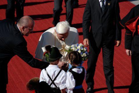 Blumenkinder: Zwei kleine Bayern überreichen dem Heiligen Vater Blumen!