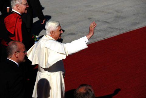 Wink an die Zuschauer: Der Papst begrüsst die volle Tribüne!
